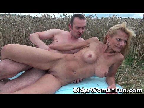 Смотреть видео порно егерь трахнул в лесу бабушку