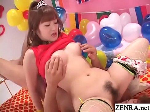 ポップなお部屋でイチゴぱんつを脱がされてオマ○コを開いてじっくり観察される巨乳娘!