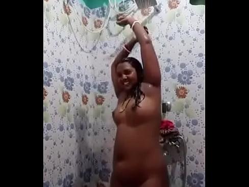Sexy desi bhabhi nude bathing selfie video