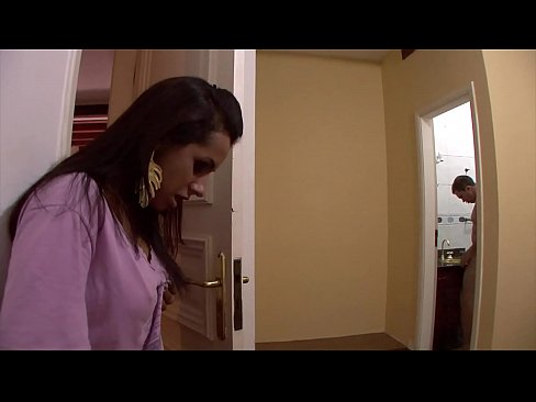 Marido machão deixou o amigo desempregado passar uns dias em casa. Você não vai acreditar no que aconteceu.