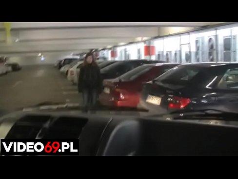 Polskie porno - Galerianka robi gałę