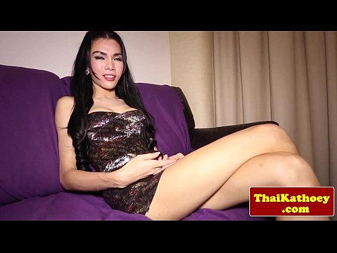 Young ladyboy tranny knows how to tease