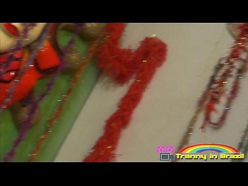 Depois do  desfile da escola de samba rolou putaria com tranny gostosa.