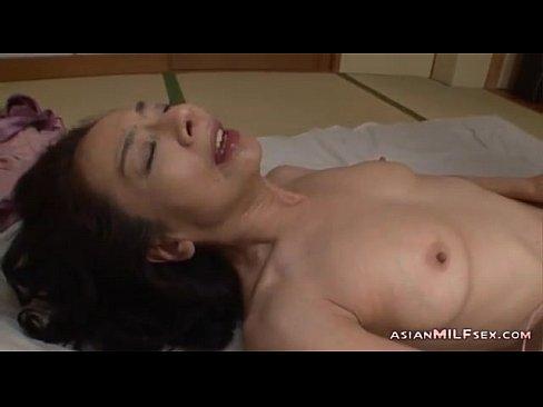 XVIDEO 熟女のローター指オナニー