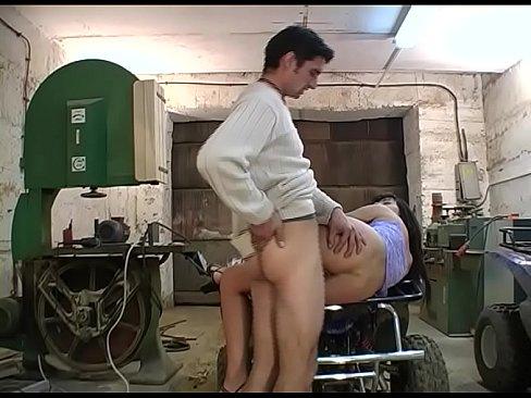 Paar fickt in der Garage – German