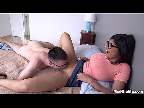 Download video porno Mia Khalifa Fucks a Fanboy