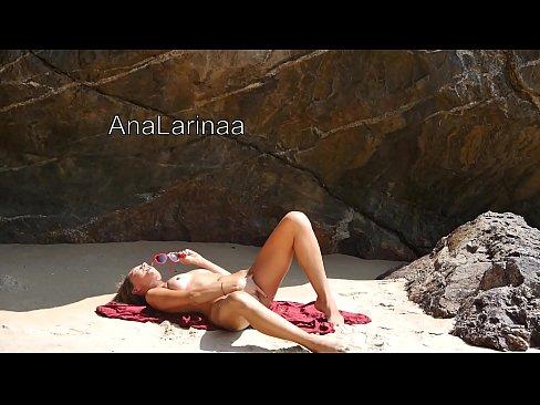 красивая девушка AnaLarina мастурбирует на пляже до оргазма