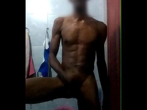 Boy dotado no banho-5 min