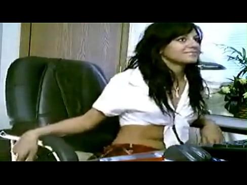 كويتية تعرض مؤخرتها على كاميرا سكايب