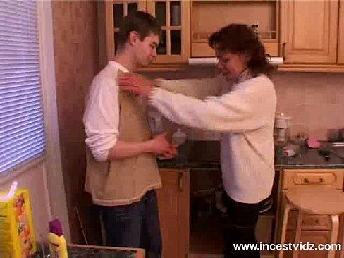 Ебли мамочки на кухне, секс порнуха в разных позах