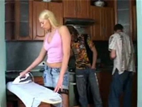 Азерли порно друг лапает жену на кухне