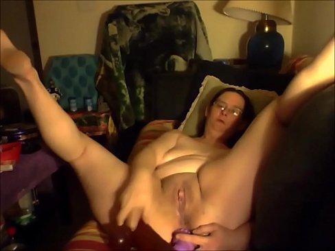 Heet oud vrouwtje speelt met haar toys voor de webcam en spuit