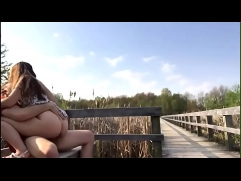 Novinha fazendo sexo com o namorado no parque