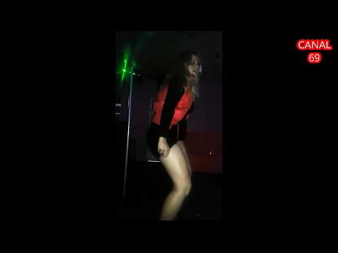 loiraça dança e mostra sua calcinha branca