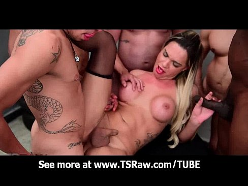 seks-gruppovoe-porno-video-transi-v-chulkah