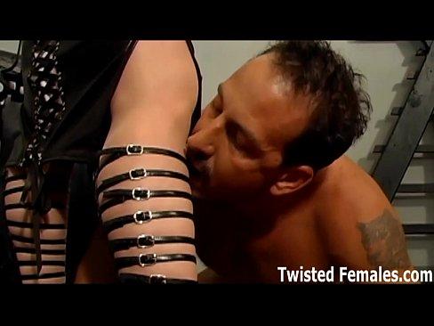 Perversa dominatrix castigando a su esclavo.