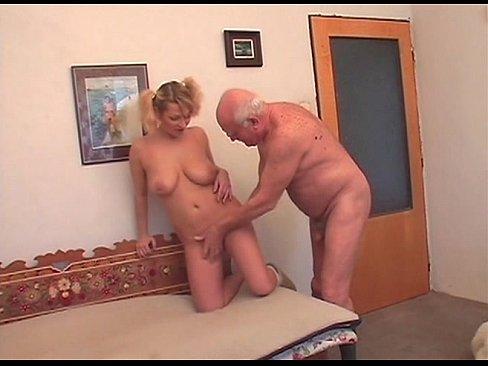 Дедушка кончил внучке в рот