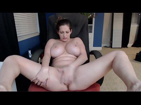 Грудастая Белая женщина трахается с дилдо и сосет сиськи - HornySlutCams.com