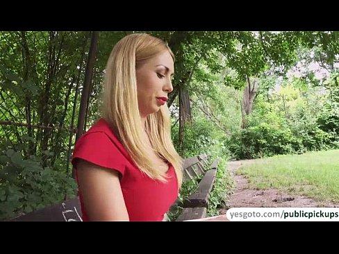 Девушку в парке трахнули смотреть, откуда у порноактеров столько спермы