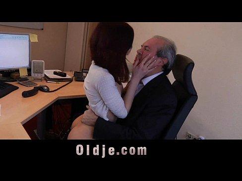 muzhchina-stariki-ebut-moloduyu-video-devushkoy-seks-porno