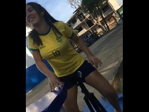 Morena com camiseta do Brasil sentando gostoso no pau
