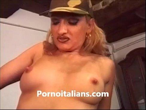 Bionda italiana succhia cazzone - porno italiano's Thumb