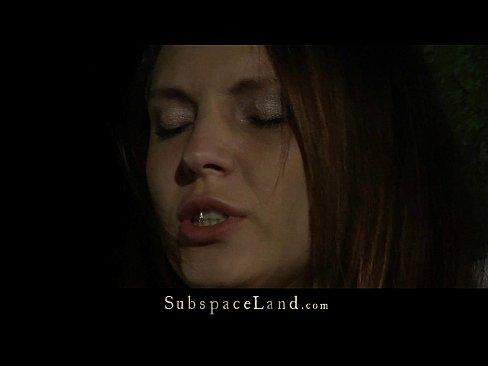 smotret-onlayn-privyazali-k-derevu-devushku-i-trahnuli-porno-filmi-trans-trahaet-devku