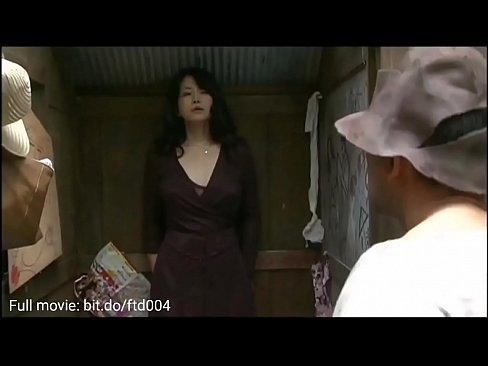 Pige onanerer på toilettet heldig for at møde den store pik