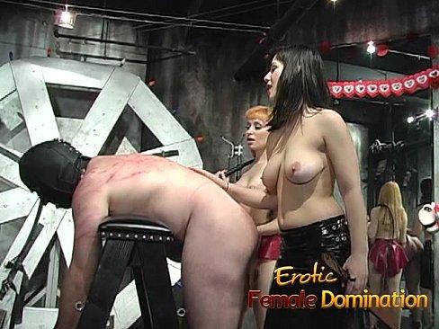 Duo de crueles dominatrix azotan a su esclavo.