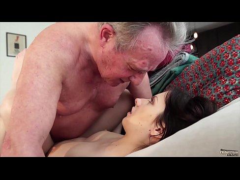 Bunicul Isi Fute Nepoata Cea Mai Mica Si O Dezvirgineaza Cu Pula Lui Infecta