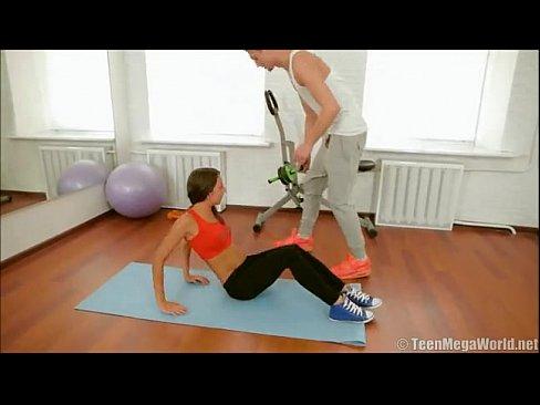 健身教練教女學員擺好姿勢,然後插入,這樣更容易減肥