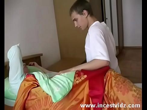 Сын трахает мать бухую в туалете пока отец спит